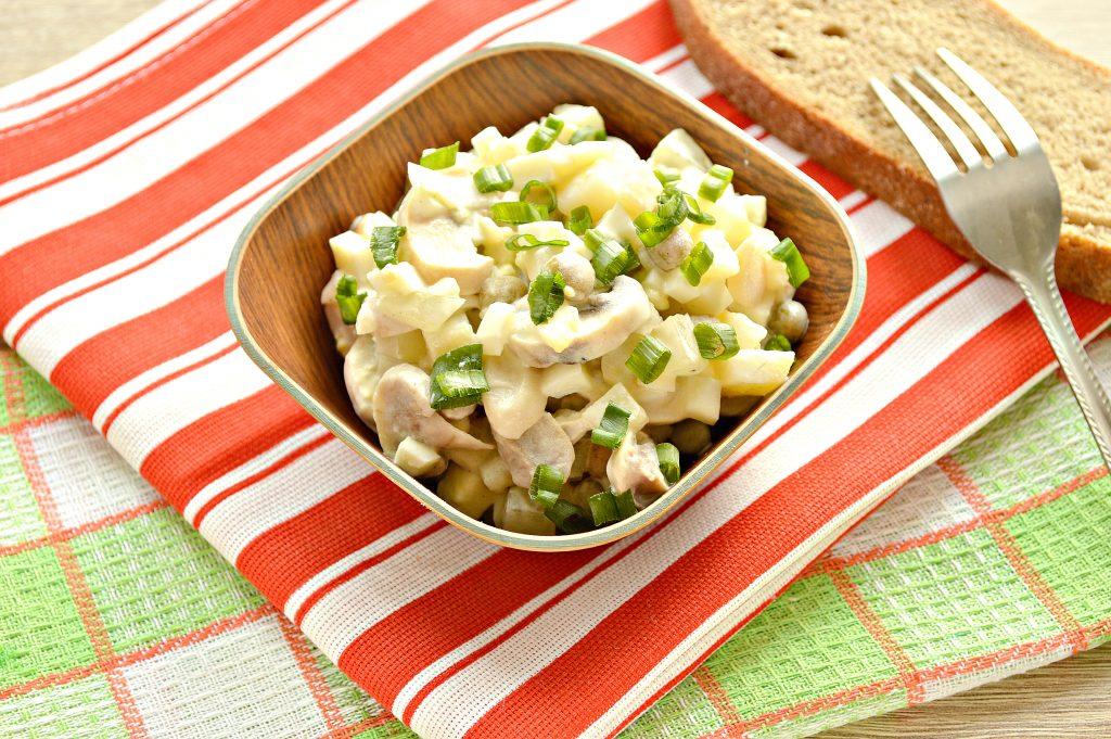 Фото рецепта - Простой картофельный салат с маринованными шампиньонами и горошком - шаг 9
