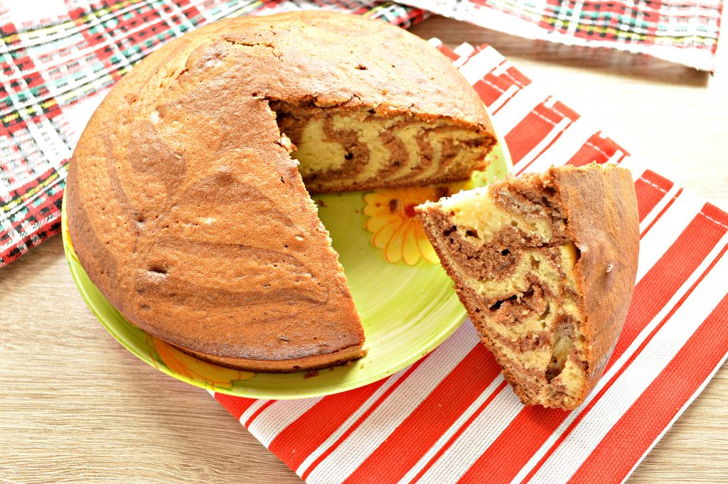Фото рецепта - Пирог «Зебра» на кефире и растительном масле - шаг 9