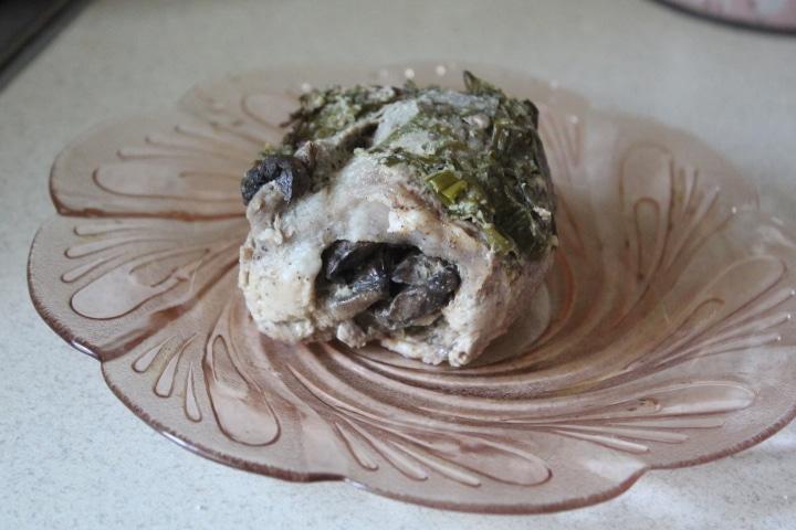 Фото рецепта - Мясные рулетики с грибами в сметанно-луковом соусе - шаг 7