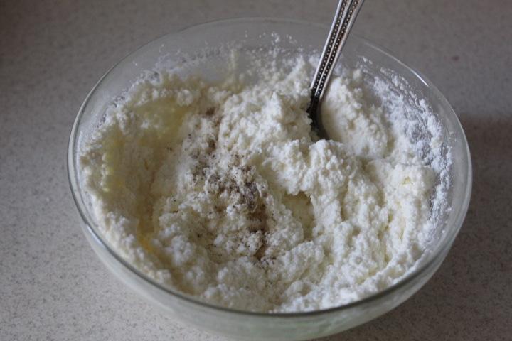 Фото рецепта - Дрожжевая плетенка с творожной начинкой с зеленью - шаг 5