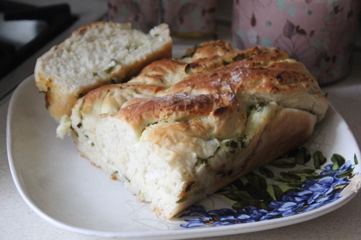 Фото рецепта - Дрожжевая плетенка с творожной начинкой с зеленью - шаг 12
