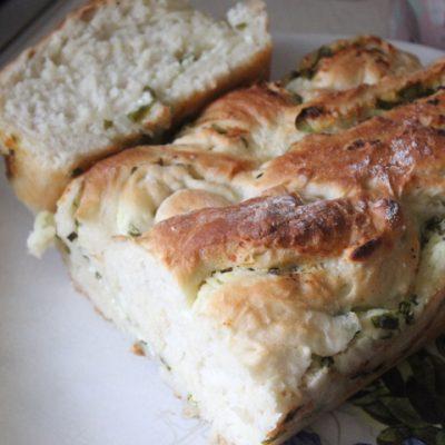 Дрожжевая плетенка с творожной начинкой с зеленью - рецепт с фото
