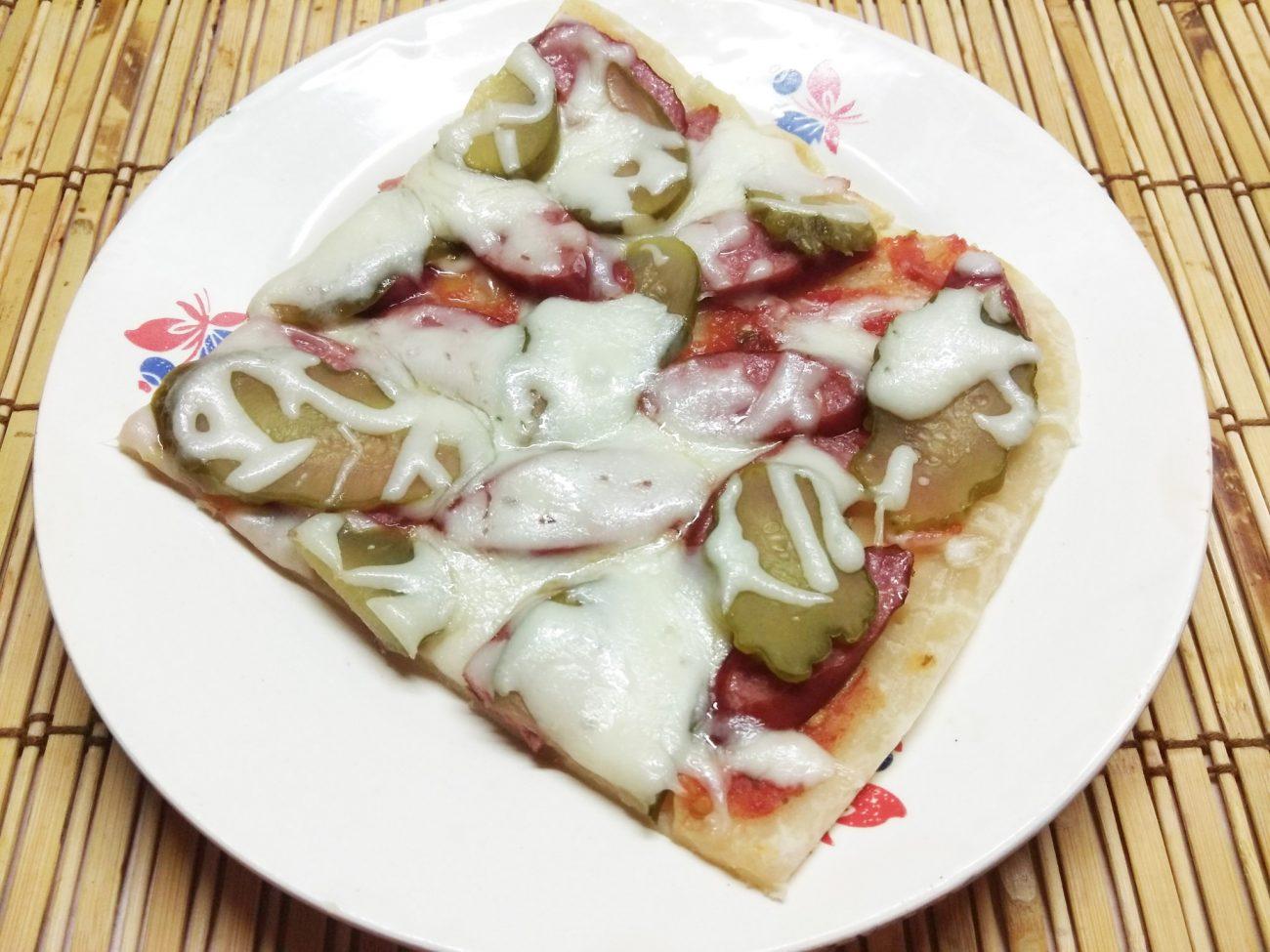 Пицца с охотничьими колбасками и маринованными огурцами