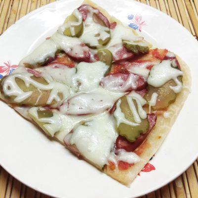 Пицца с охотничьими колбасками и маринованными огурцами - рецепт с фото