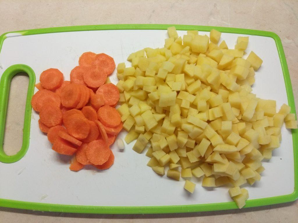 Фото рецепта - Суп с килькой в томате и макаронами - шаг 1