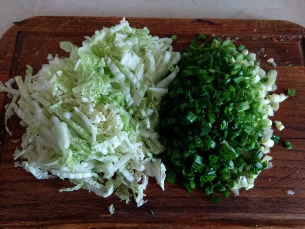 Фото рецепта - Витаминный салат из редьки и пекинской капусты - шаг 2