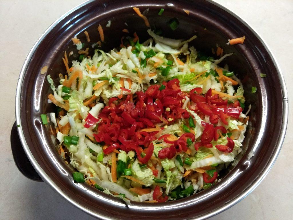 Фото рецепта - Витаминный салат из редьки и пекинской капусты - шаг 4