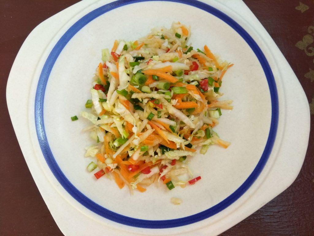 Фото рецепта - Витаминный салат из редьки и пекинской капусты - шаг 5