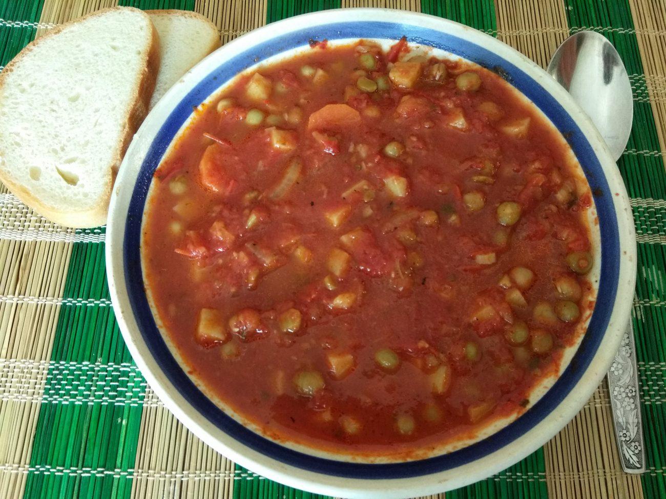 Томатный суп с консервированным горошком
