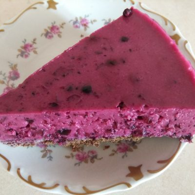 Фото рецепта - Йогуртовый торт со смородиной - шаг 6