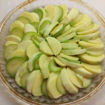 Фото рецепта - Гратен из картофеля, кабачков и яблок - шаг 2