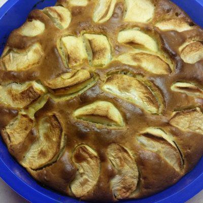 Фото рецепта - Яблочный пирог на кефире - шаг 4