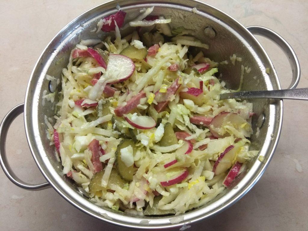 """Фото рецепта - Овощной салат с колбаской """"Весеннее настроение"""" - шаг 5"""