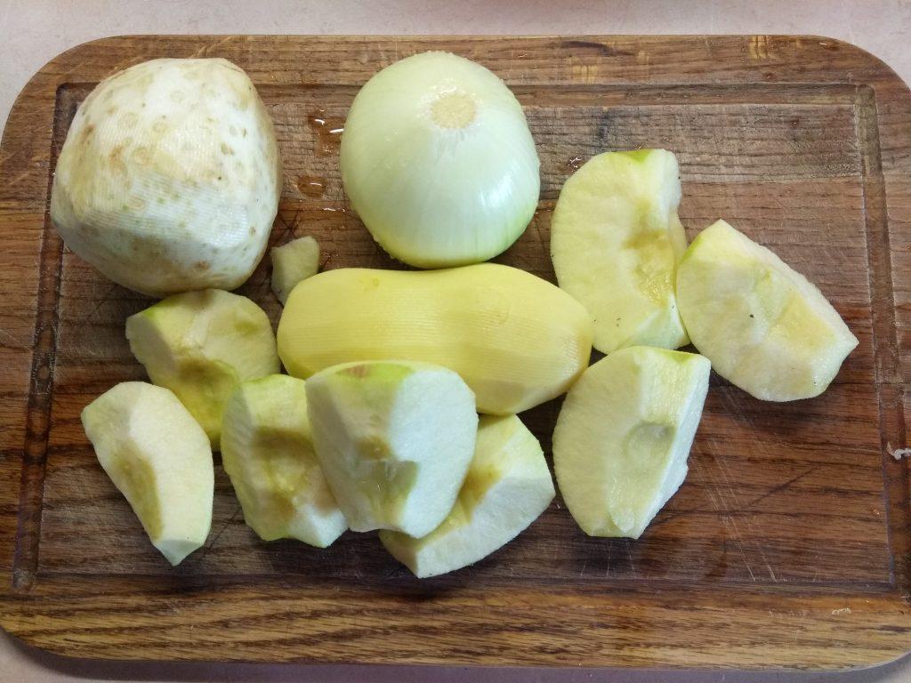 Фото рецепта - Крем-суп из корня сельдерея и яблок - шаг 1