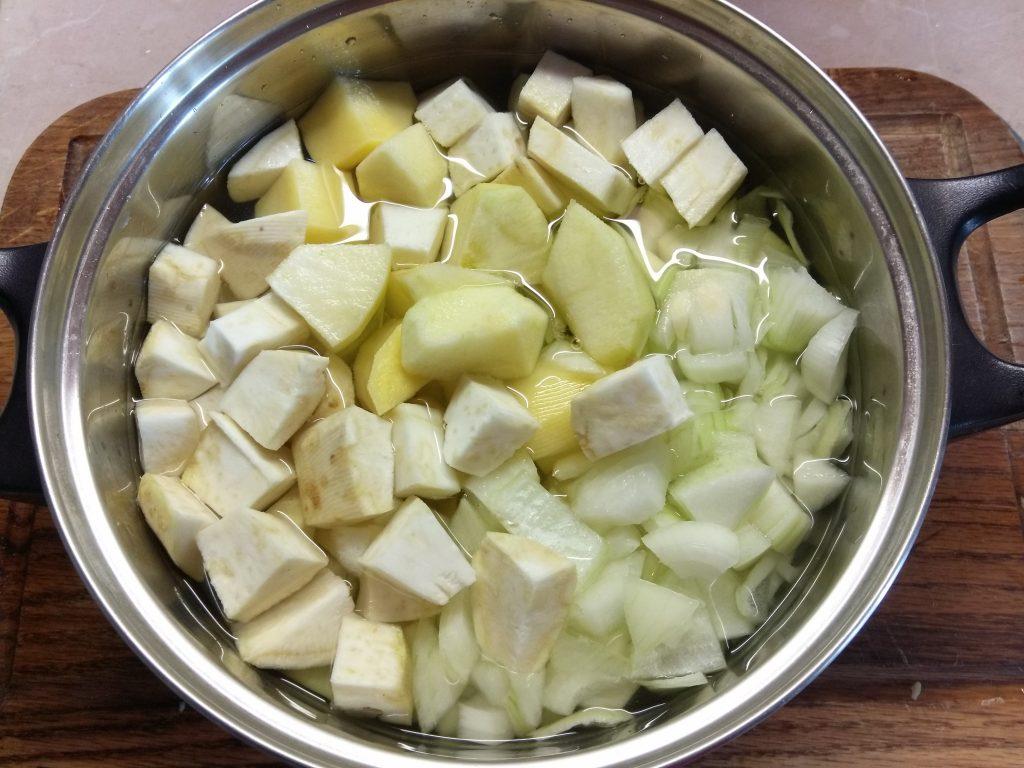 Фото рецепта - Крем-суп из корня сельдерея и яблок - шаг 2