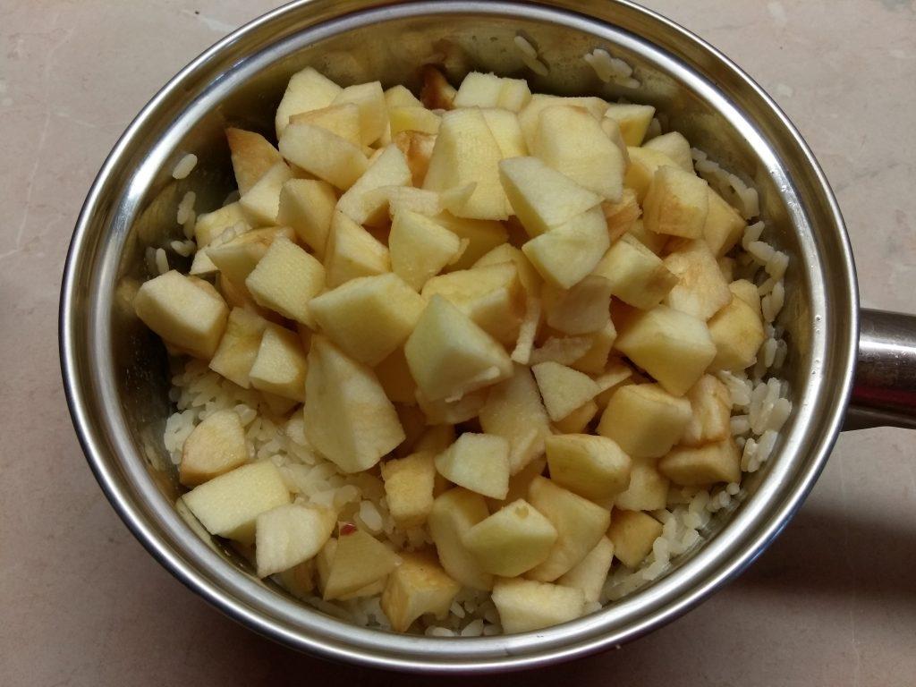 Фото рецепта - Рисовая запеканка на молоке с яблоками - шаг 4