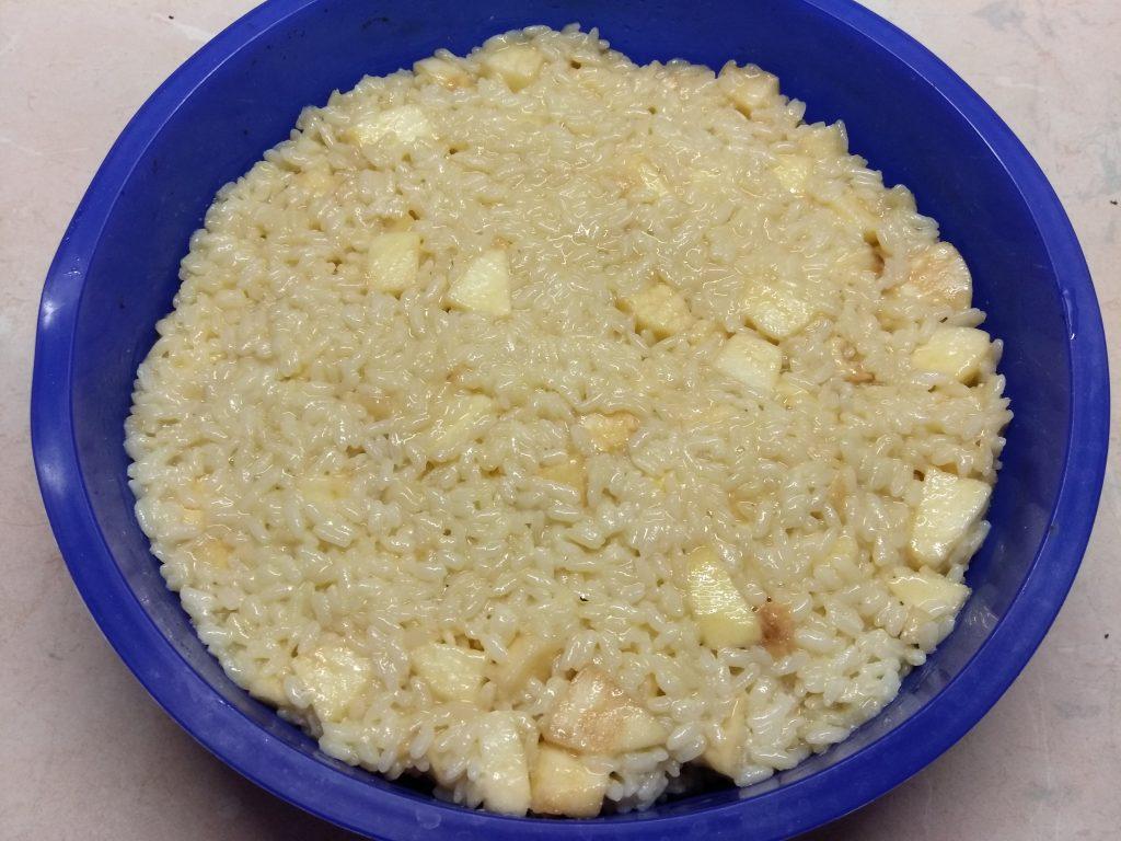 Фото рецепта - Рисовая запеканка на молоке с яблоками - шаг 6