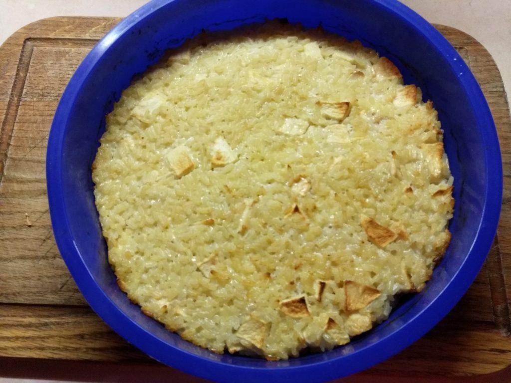 Фото рецепта - Рисовая запеканка на молоке с яблоками - шаг 7