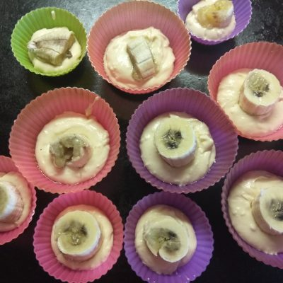 Фото рецепта - Творожные кексы с начинкой из банана и кокосовой стружкой - шаг 4