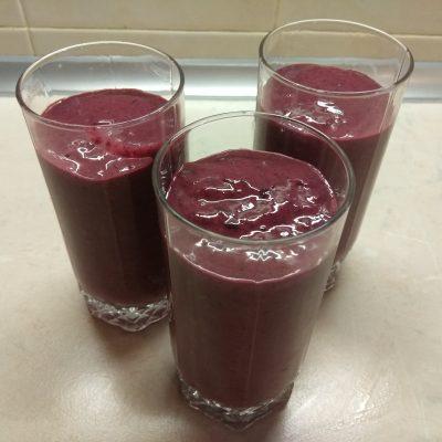 Смородиново-банановый смузи на кефире - рецепт с фото