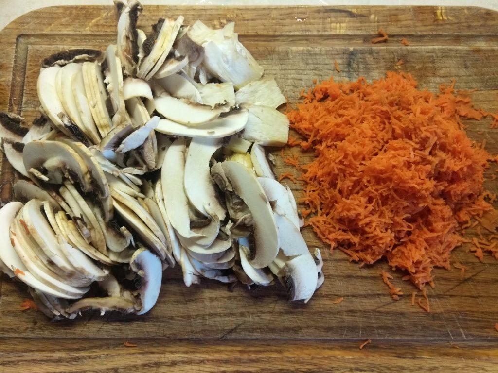 Фото рецепта - Мясной рулет из фарша с яйцом и грибами - шаг 2