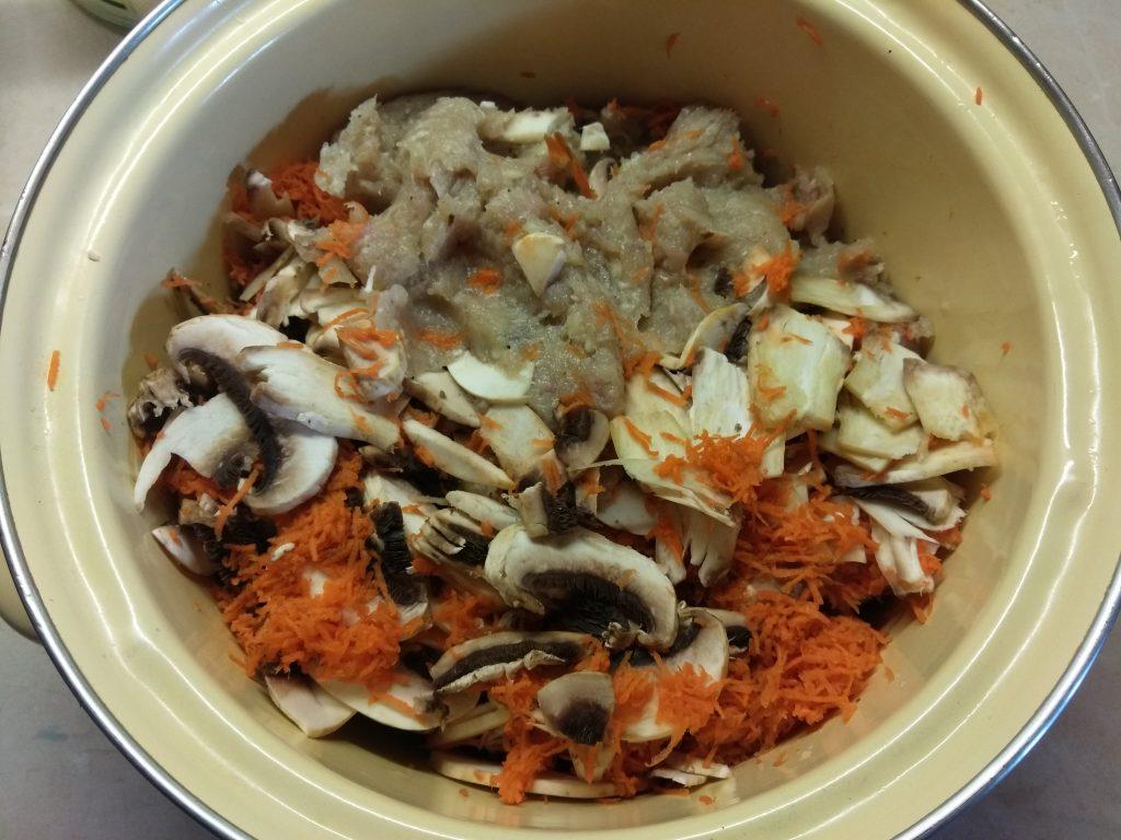 Фото рецепта - Мясной рулет из фарша с яйцом и грибами - шаг 3