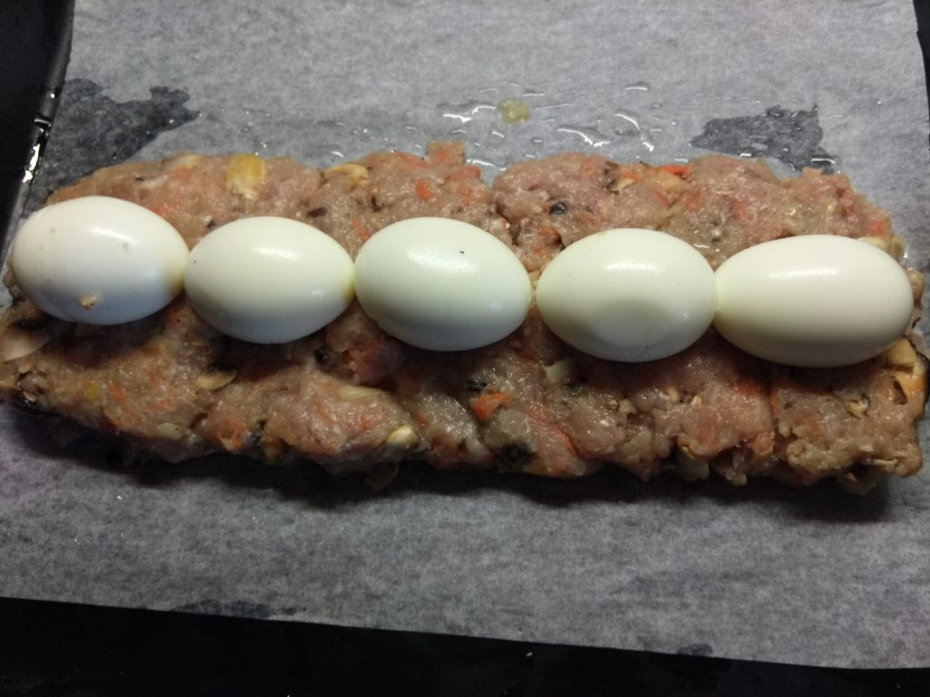 Фото рецепта - Мясной рулет из фарша с яйцом и грибами - шаг 4