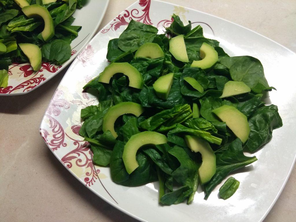 Фото рецепта - Салат из маринованного лосося, сыра Бри и авокадо - шаг 2