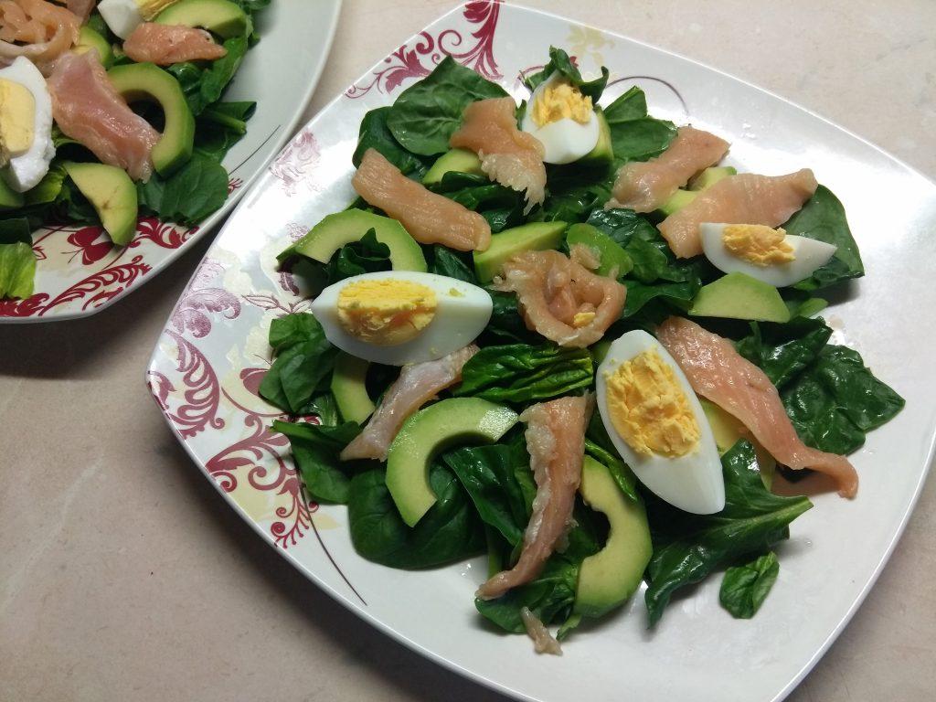 Фото рецепта - Салат из маринованного лосося, сыра Бри и авокадо - шаг 3