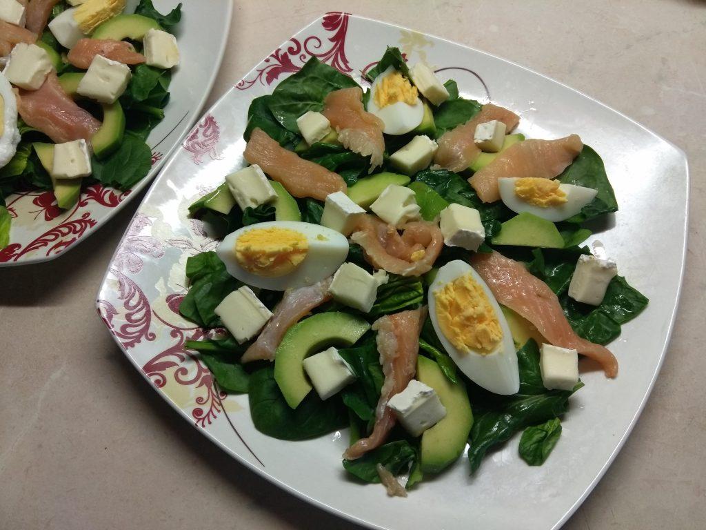 Фото рецепта - Салат из маринованного лосося, сыра Бри и авокадо - шаг 4
