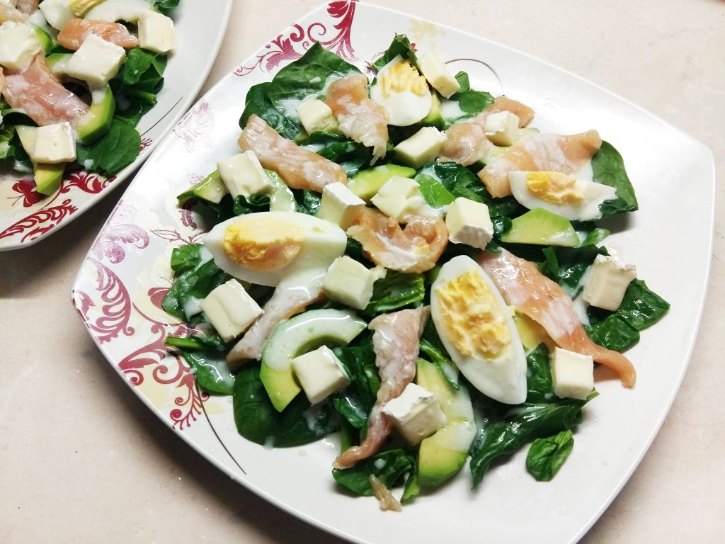 Фото рецепта - Салат из маринованного лосося, сыра Бри и авокадо - шаг 6
