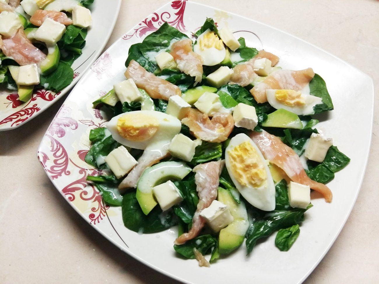 Салат из маринованного лосося, сыра Бри и авокадо