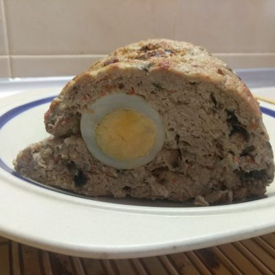 Фото рецепта - Мясной рулет из фарша с яйцом и грибами - шаг 7