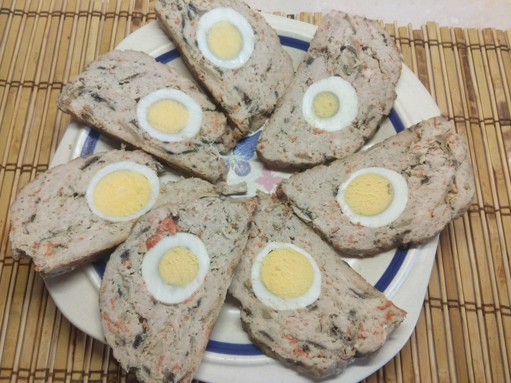 Фото рецепта - Мясной рулет из фарша с яйцом и грибами - шаг 6