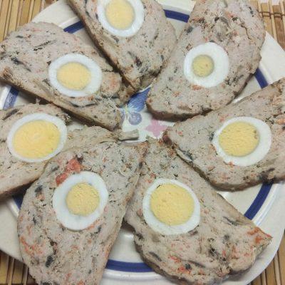 Мясной рулет из фарша с яйцом и грибами - рецепт с фото