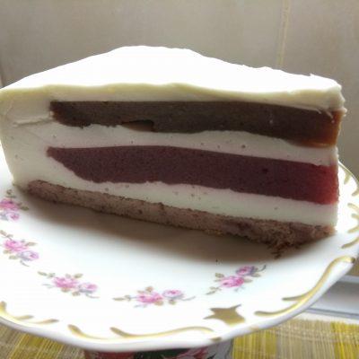Фото рецепта - Муссовый торт из клубники и банана - шаг 13