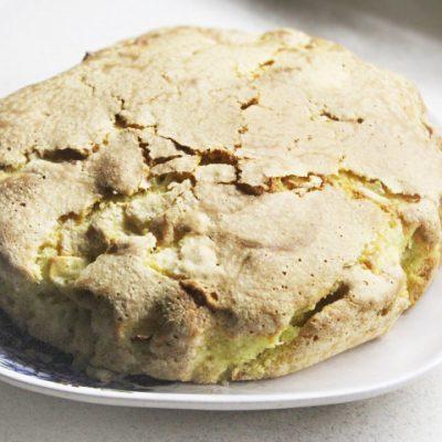 Яблочная шарлотка с сахарной корочкой - рецепт с фото