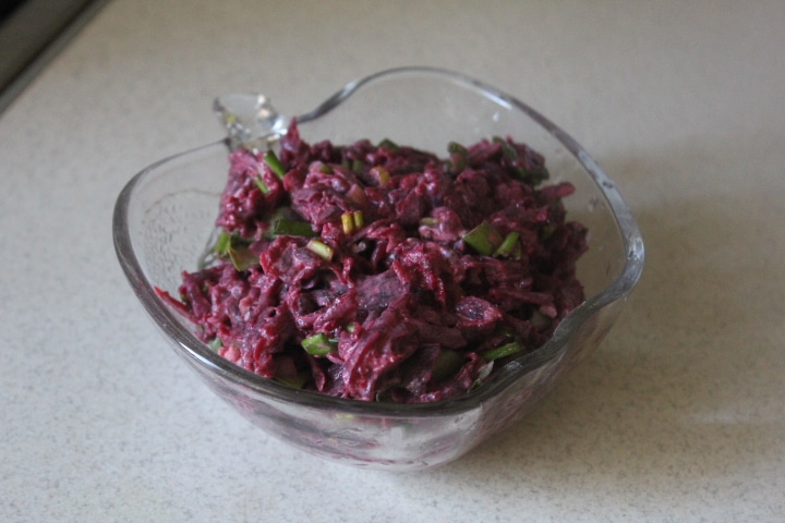 Фото рецепта - Свекольный салат с черемшой - шаг 5