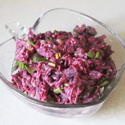 Свекольный салат с черемшой - рецепт с фото