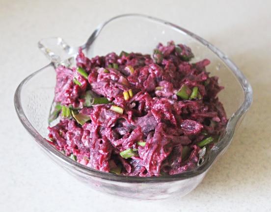 Свекольный салат с черемшой