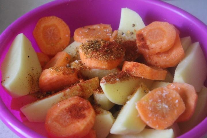 Фото рецепта - Корнеплоды с черемшой, запеченные в рукаве - шаг 2