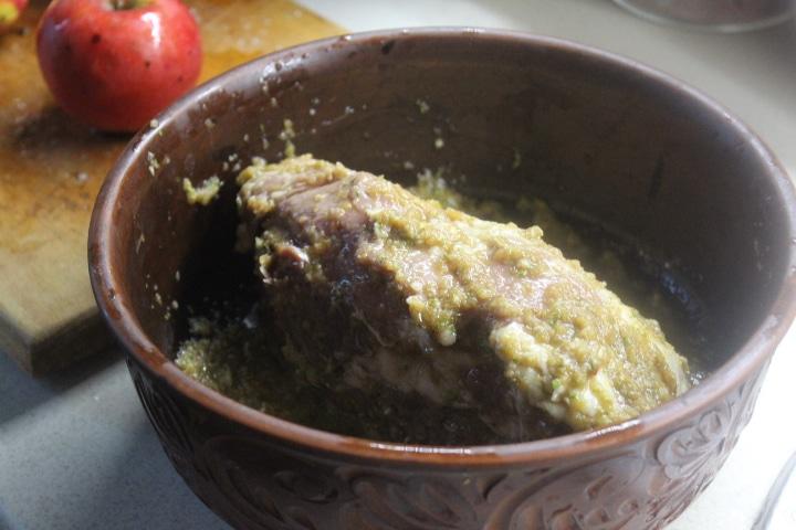 Фото рецепта - Свинина с яблоками и чесночной заправкой - шаг 3