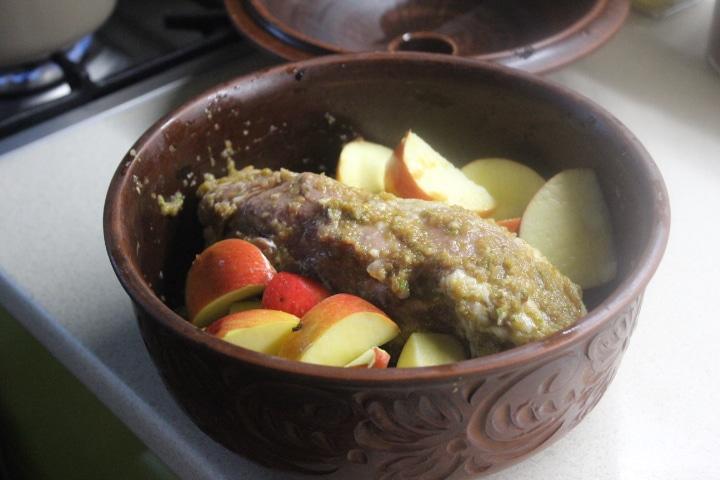 Фото рецепта - Свинина с яблоками и чесночной заправкой - шаг 4