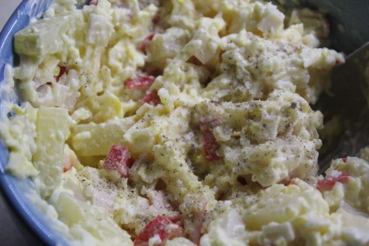 Фото рецепта - Крабовый салат с ананасами - шаг 5