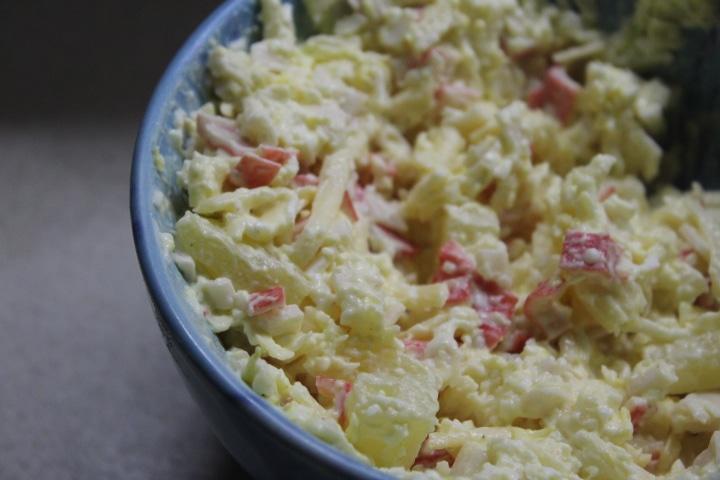 Фото рецепта - Крабовый салат с ананасами - шаг 7