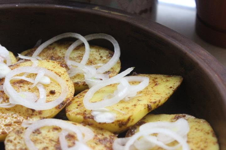 Фото рецепта - Запеченная картошка с беконом и луком - шаг 3