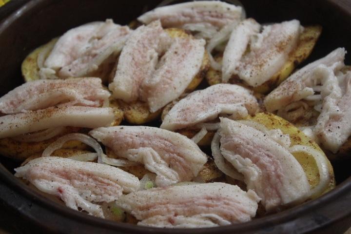 Фото рецепта - Запеченная картошка с беконом и луком - шаг 5
