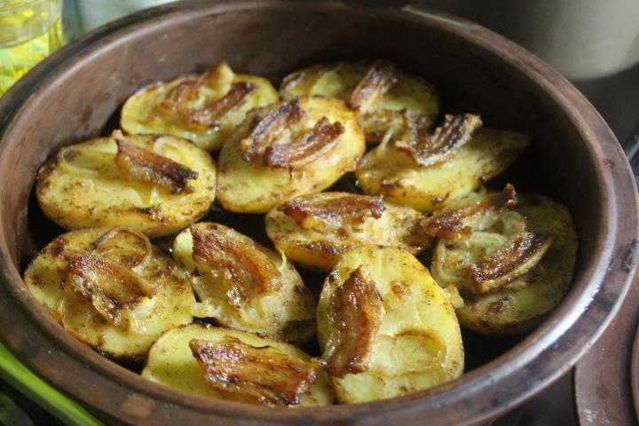 Фото рецепта - Запеченная картошка с беконом и луком - шаг 6