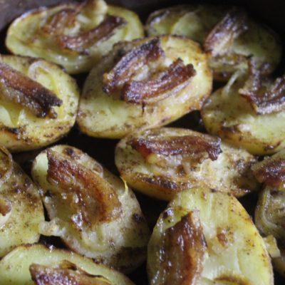 Запеченная картошка с беконом и луком - рецепт с фото