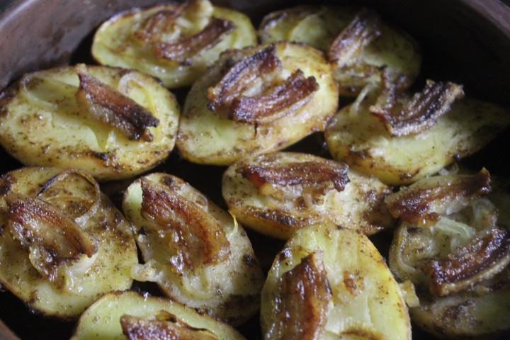 Запеченная картошка с беконом и луком